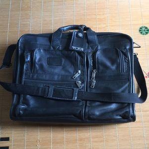 Tumi black leather laptop expandable bag briefcase